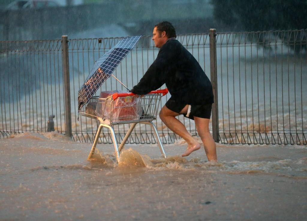 Australiano compra cerveja na tempestade